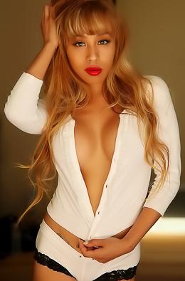 Stunning Alluring Vixen babe Roxy...