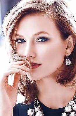 World Famous Super Model Karlie Kloss Goes Topless