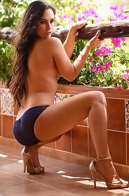 Anastasia Harris Shows Her Perfect Body Outdoors