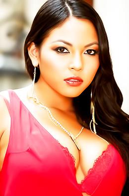 Juicy Latina Adrianna Luna Likes To Pose Naked.