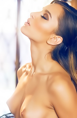 Uma Jolia Posing In Sexy Lingerie