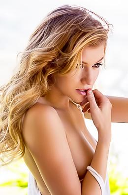 Natural Babe Arya Fae Showing Her Blonde Bush