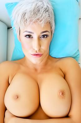 Blonde Shorthaired Milf Ryan