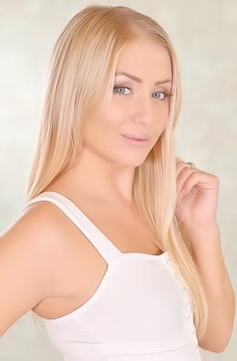 Horny Blonde Cayla Lyons Stripping