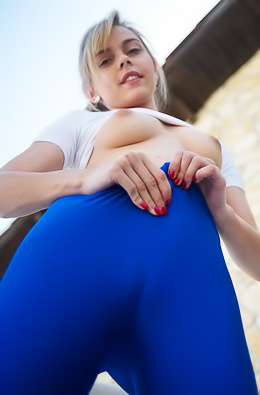 Chloe Toy In Blue Leggings
