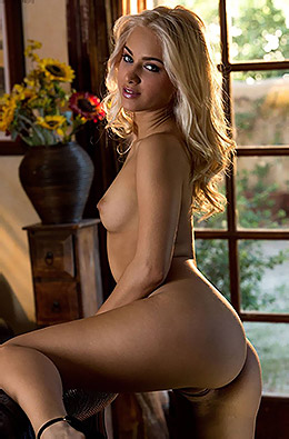 Blond Beauty Uma Jolie
